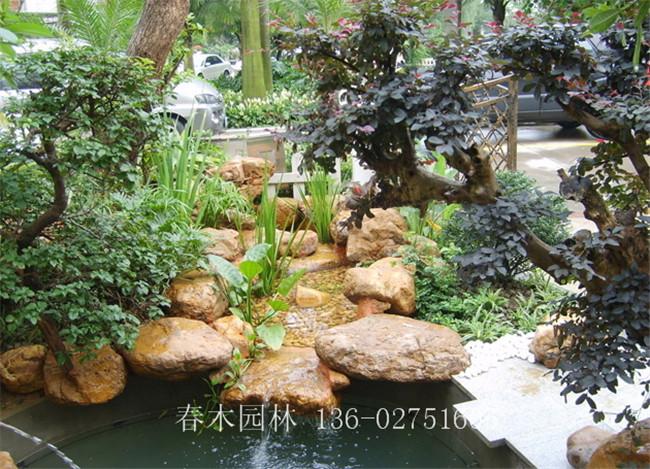 在私家庭院景观设计中,假山鱼池是不可缺少的元素之一,甚至有的在园林景观中成为中心,既起修身养性,陶冶情操的作用,也能增添生硬的庭院带来生气。假山鱼池随地形、位置、环境的不同,是多种多样的,有单个的鱼池,也有组合的鱼池,可以是大面积的鱼池,也可以是溪流式的鱼池,有的将鱼池与休闲凉亭结合起来,也有的把休闲平台与踏步等组合在一起,以便争取更多舒适的环境。  在我国多以自然山水布局为主,庭院园林组景讲究诗情画意,庭院鱼池形状以不规则形状,以8字形、连环形状、葫芦形为佳,鱼池大小自定,鱼池深度1.