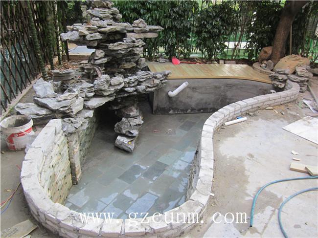 所以别墅鱼池一定要 设计鱼池过滤系统,一般的养鱼池都会安装水泵