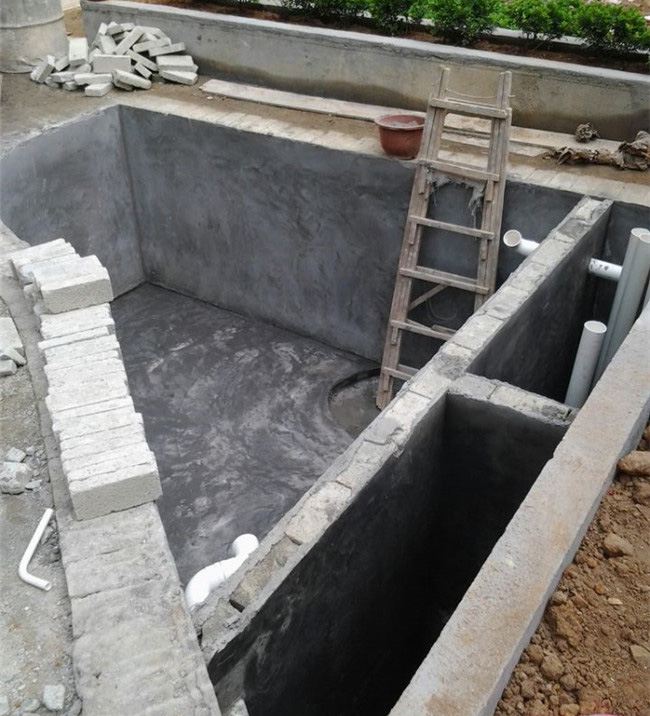 鱼池过滤系统一般分为溢流式和瀑布式两种: 1.溢流式鱼池过滤系统可以分为沉淀、物理、生化、清水,四个部分,如果是地下池,还要有排污管,主池鱼池水通过底排管连通入过滤沉淀仓,经反水板至物理过滤生化过滤部分,最后到清水仓,水泵抽回主池,要设置面水管,90度管件通入沉淀舱,将主池表水引入沉淀舱。物理过滤适宜放置珊瑚石,过滤棉、毛刷、生化球、蚝壳等生物过滤材料过滤,最后流入清水仓的部分,清水仓再放入鱼池中。 2.